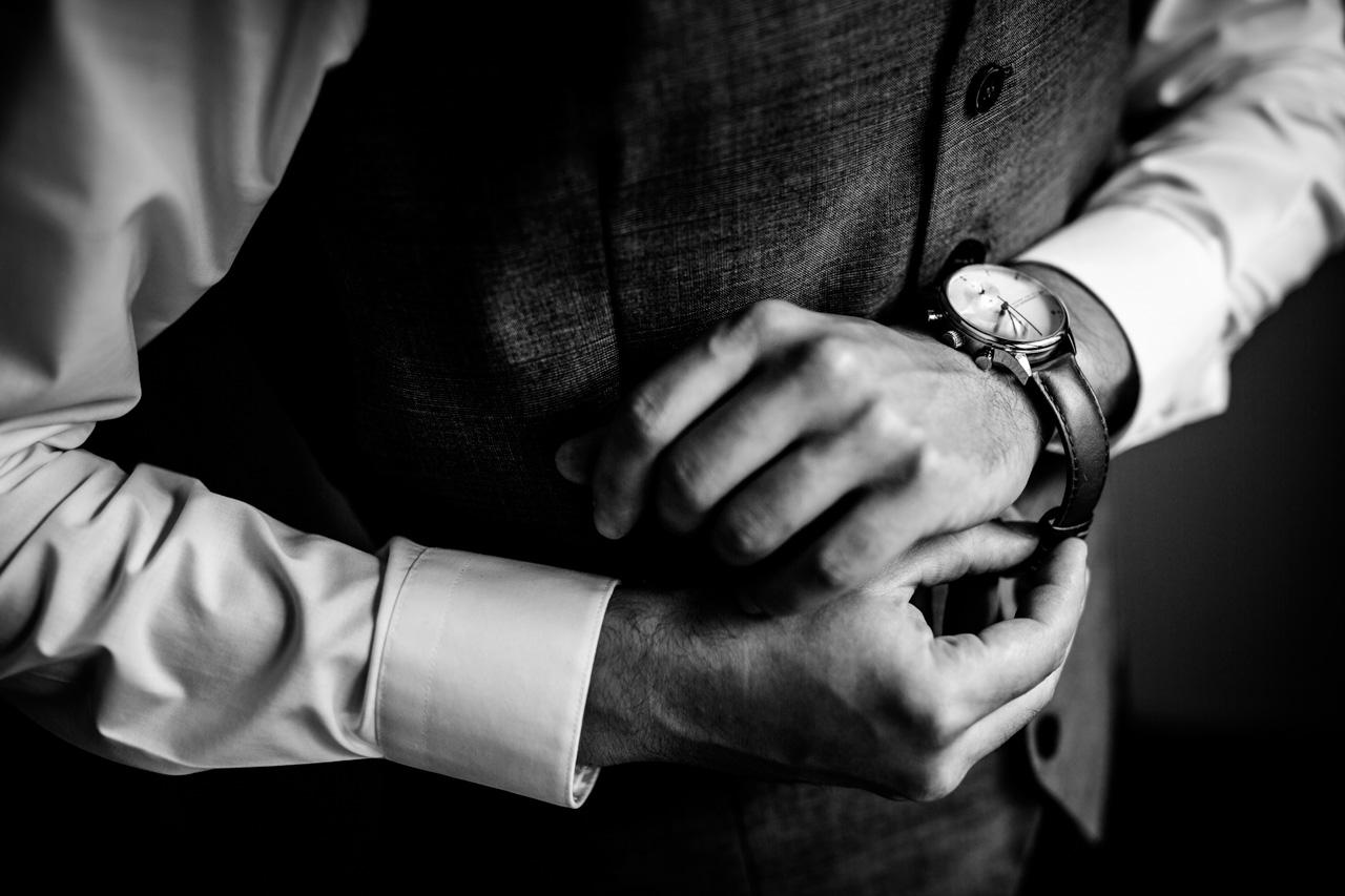 el novio poniendose el reloj en una boda en guadalupe