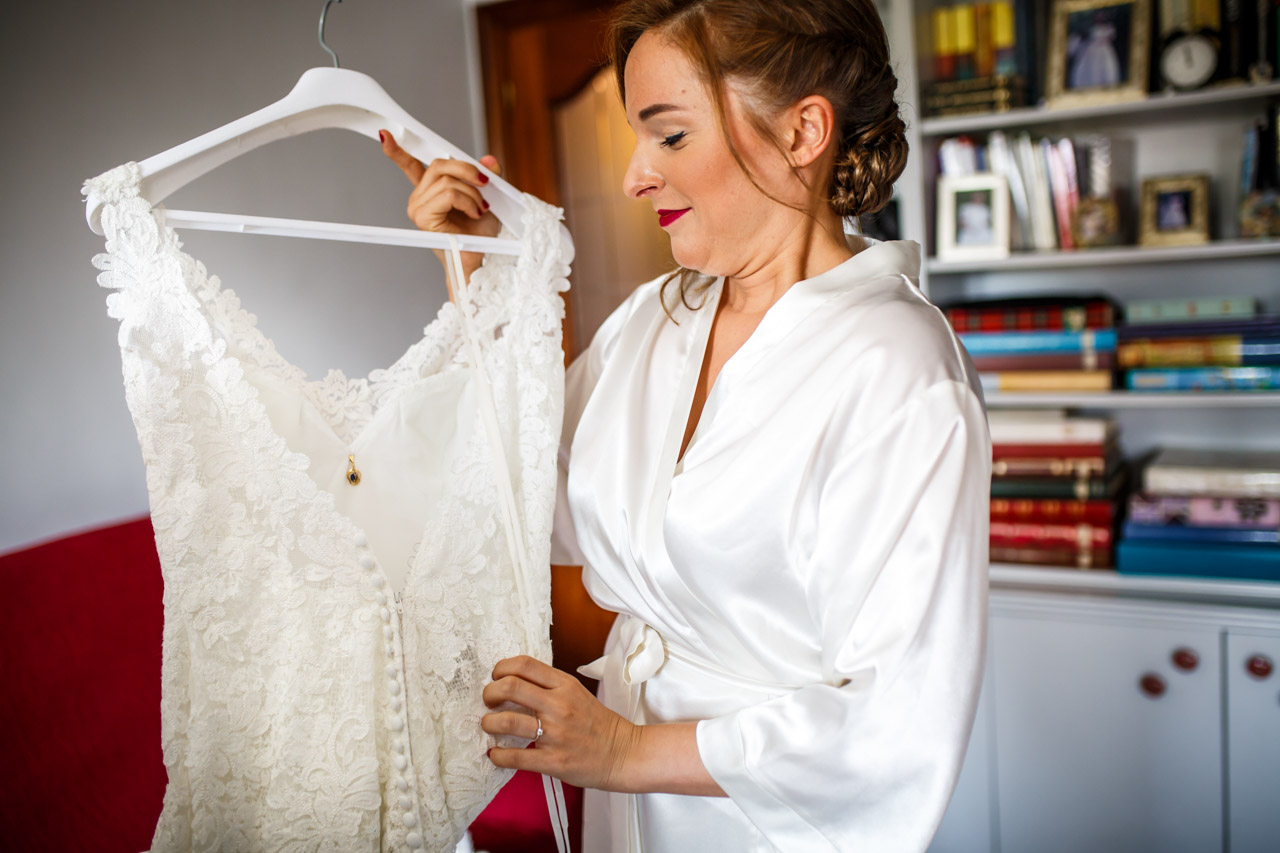 la novia mirando el vestido en una boda en guadalupe