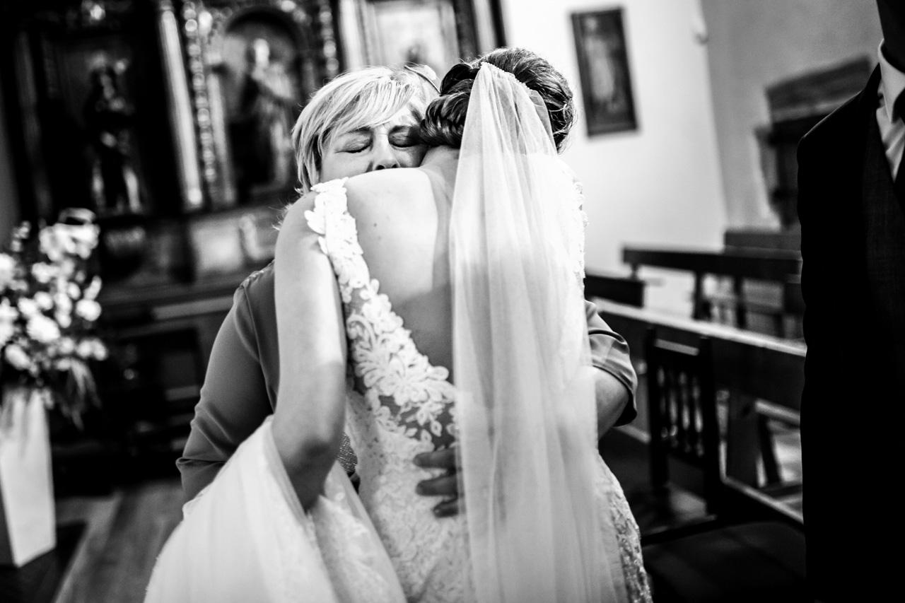 abrazo de la novia a la suegra en una boda en guadalupe