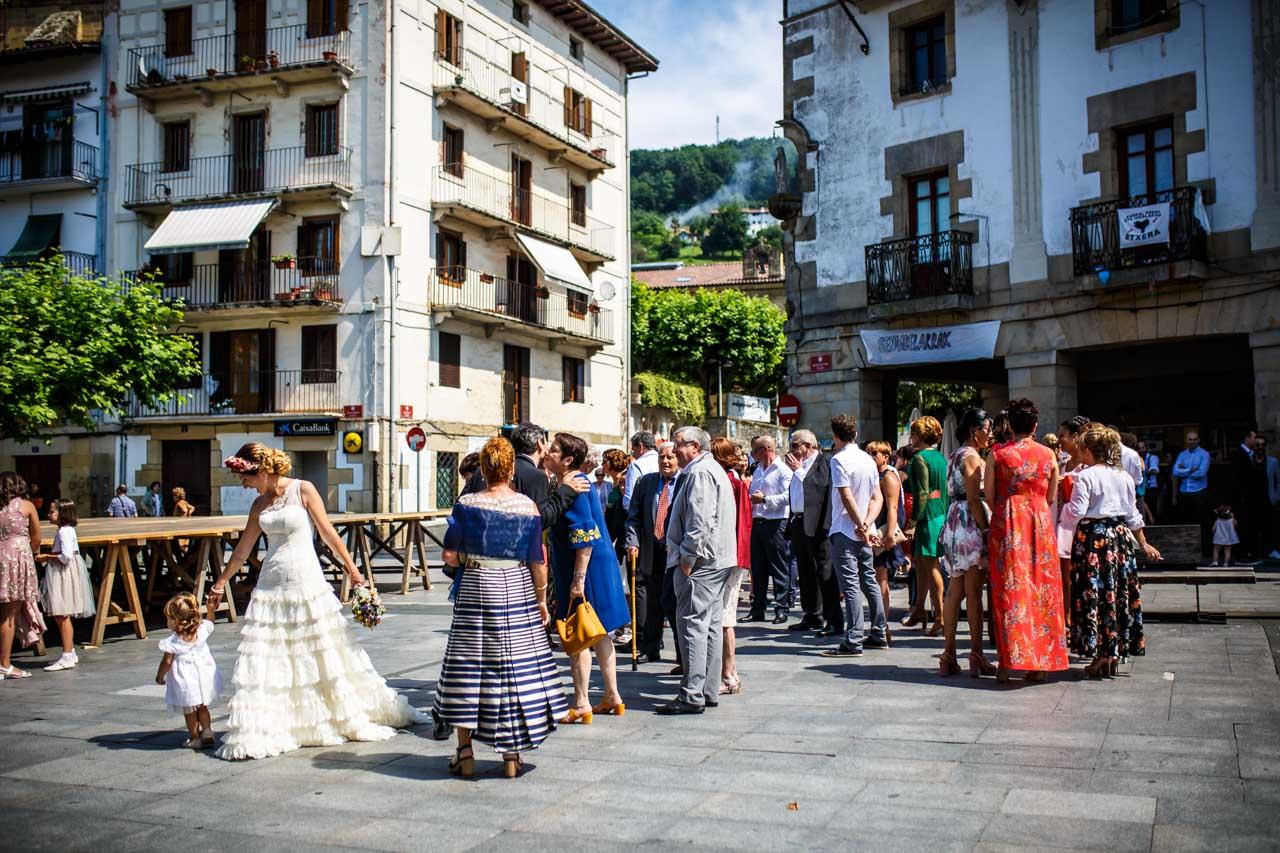 recibimiento a la novia en una boda en oiartzun