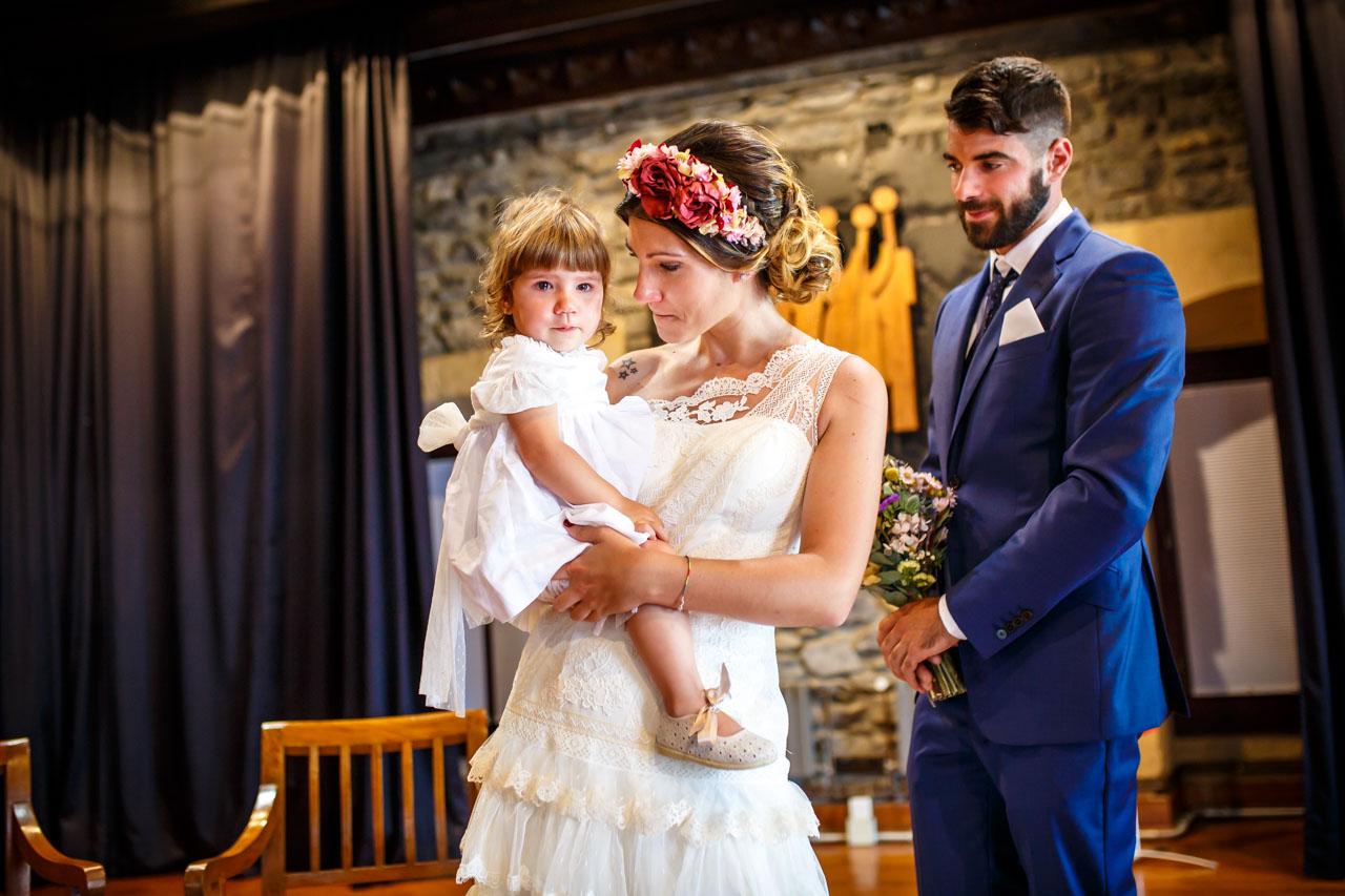 los novios emocionados en la ceremona en una boda en oiartzun