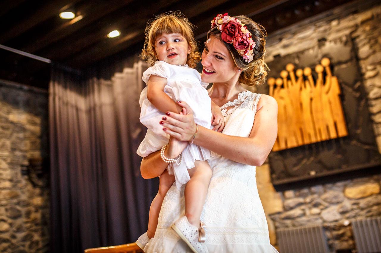 novia con su hija en brazos en una boda en oiartzun