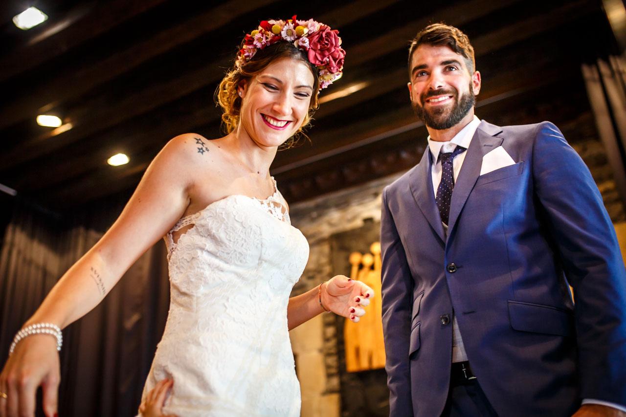 momento gracioso de la ceremonia en una boda en oiartzun