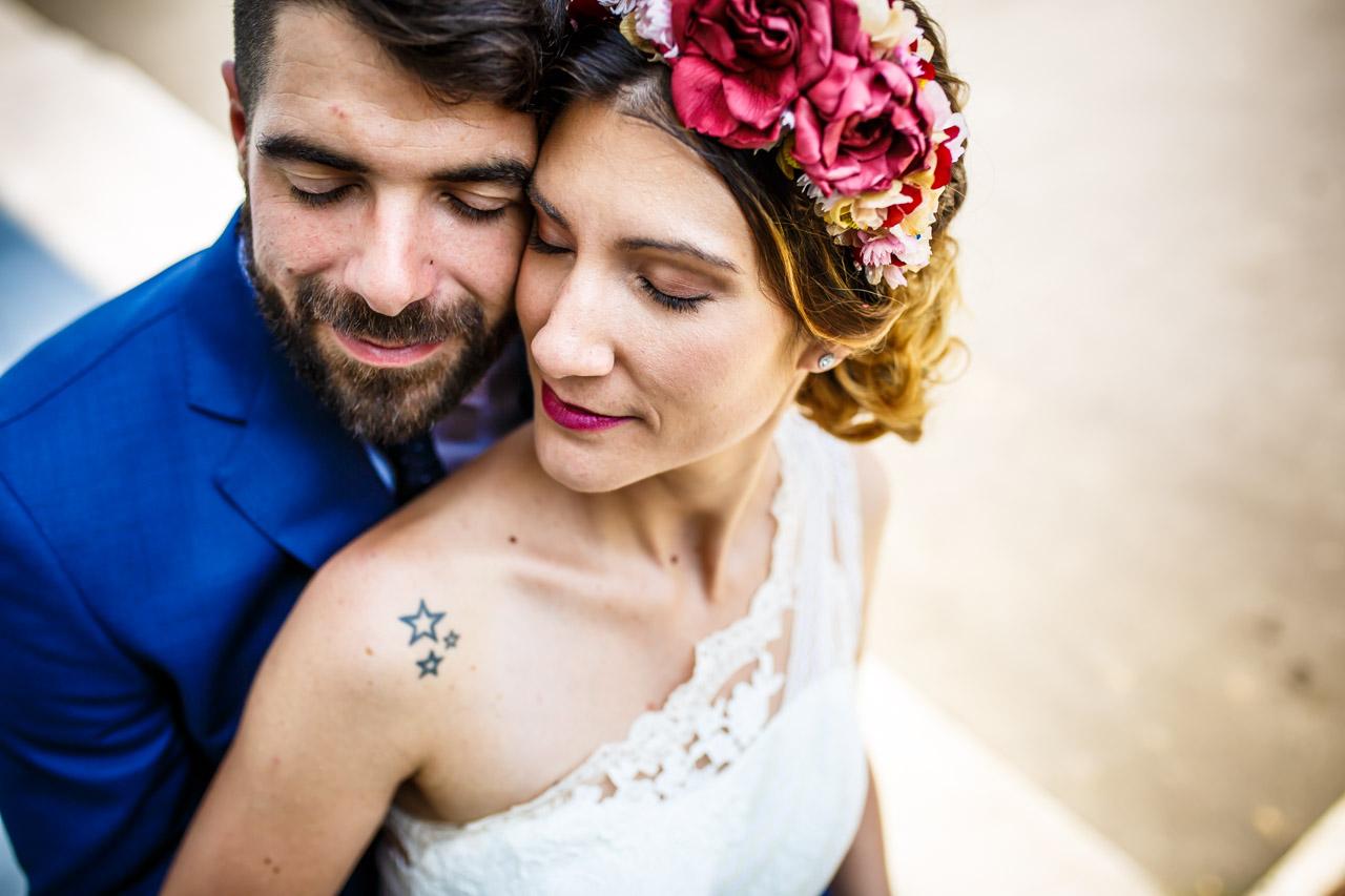 otro momento de relajacion de los novios en una boda en oiartzun