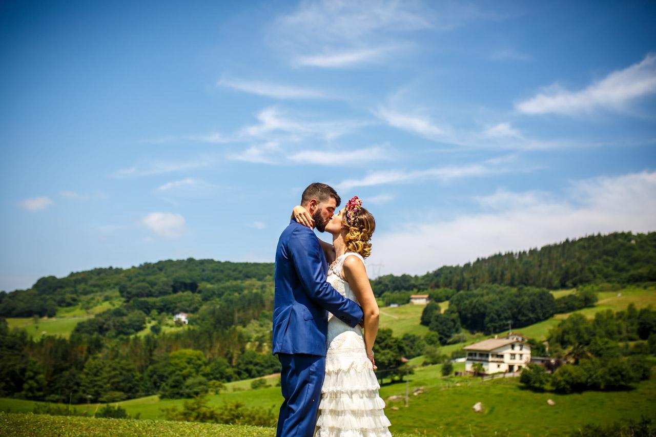 novios besandose durante el reportaje en una boda en oiartzun