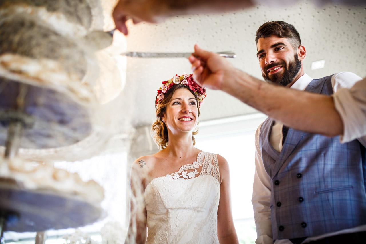 cortando la tarta en una boda en oiartzun