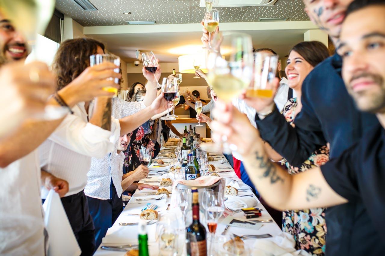 amigos del novio brindando en una boda en oiartzun