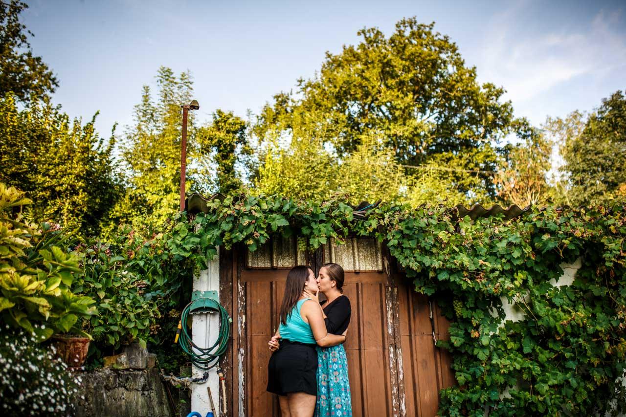 las novias besándose delante de la puerta del garaje en una preboda en oiartzun