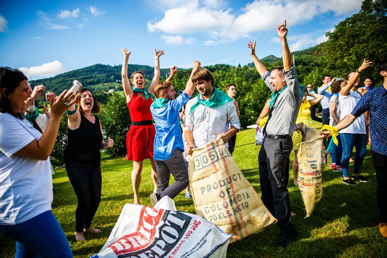 el equipo ganador de la carrera de los sacos celebra la victoria en una boda en oiartzun