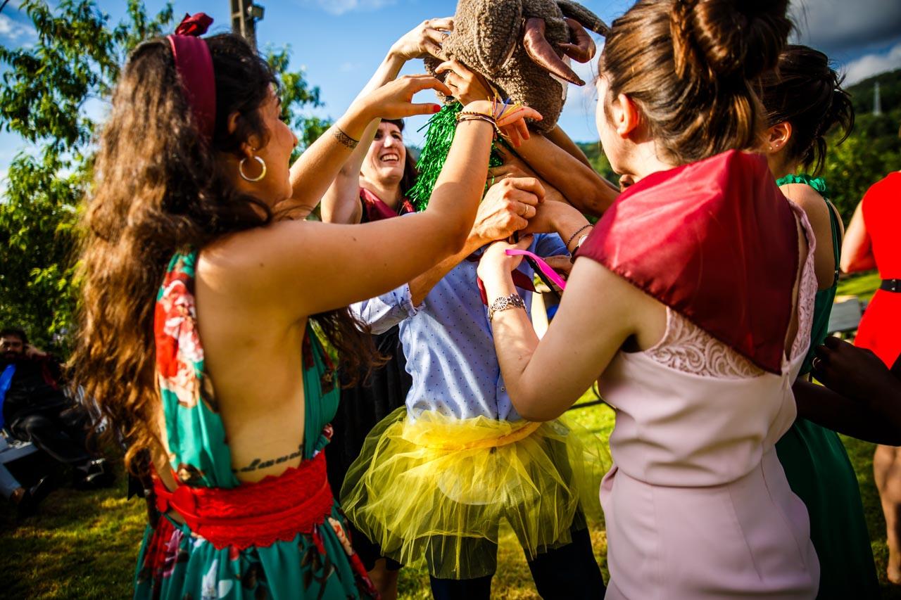 un equipo en plena acción en uno de los juegos en una boda en oiartzun