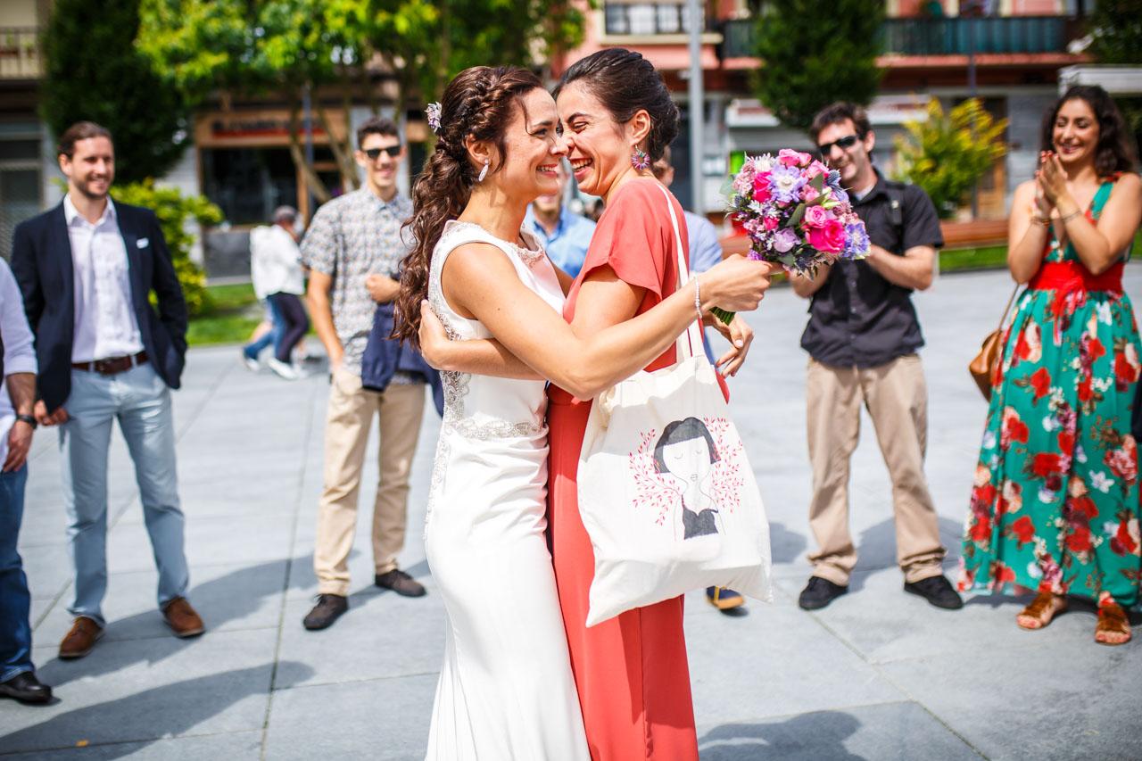 la novia abraza a una amiga en una boda en oiartzun