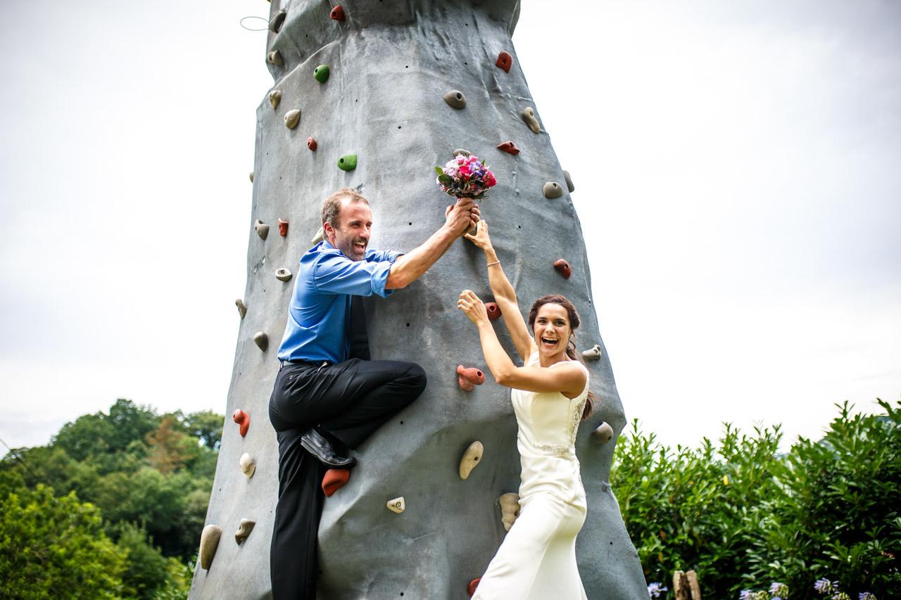 los novios posan con el ramo en el rocodromo en una boda en oiartzun