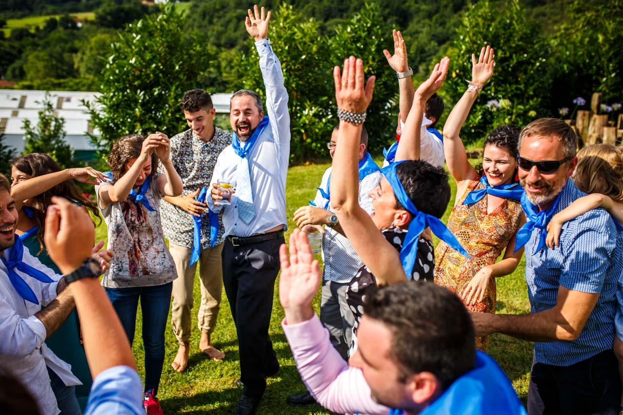 uno de los grupos celebrando la victoria en una de las pruebas en una boda en oiartzun