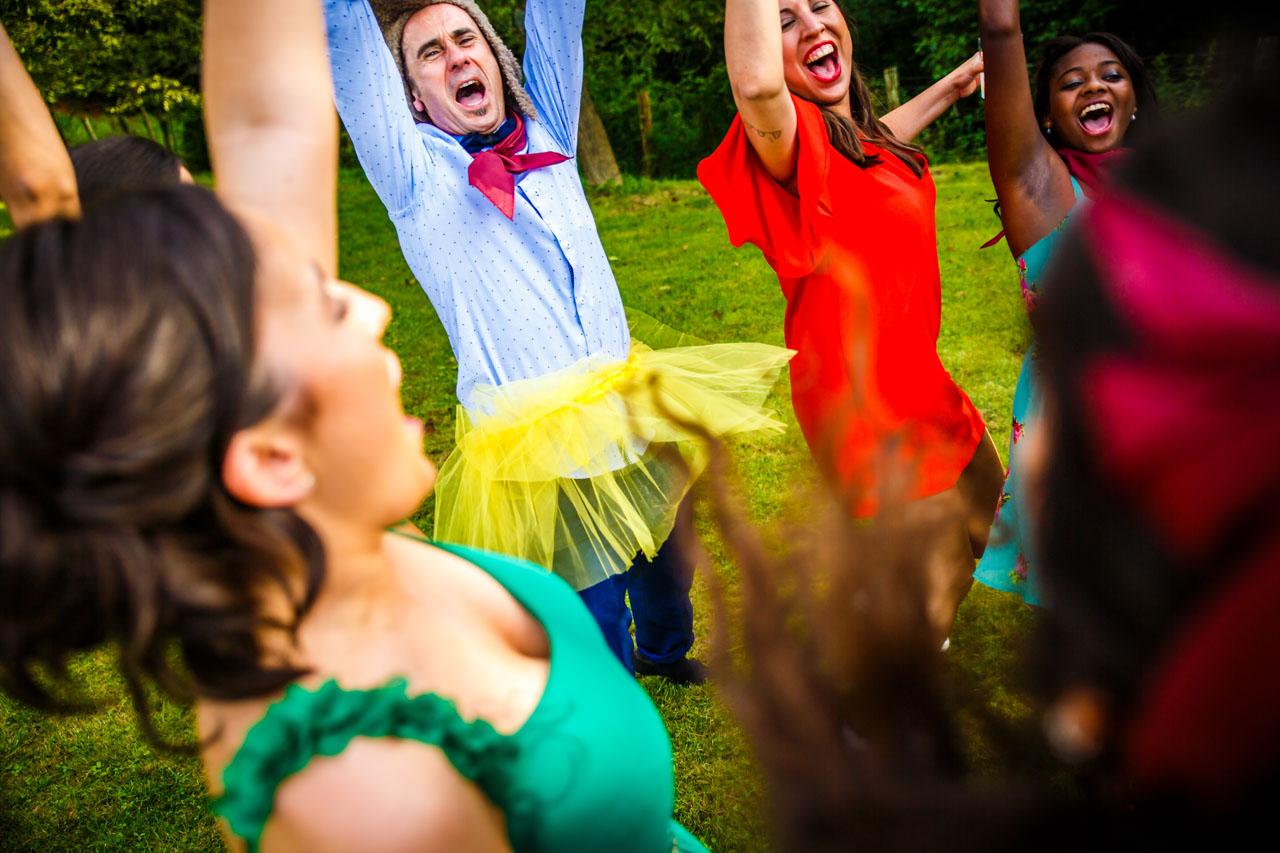 un grupo de invitados celebrando que han ganado la prueba en una boda en oiartzun