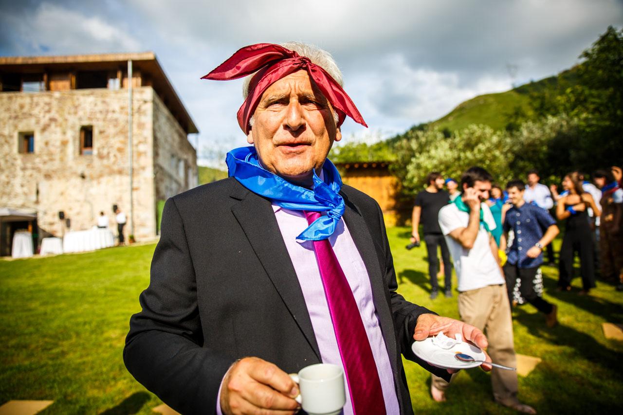 uno de los invitados tomando un café en una boda en oiartzun