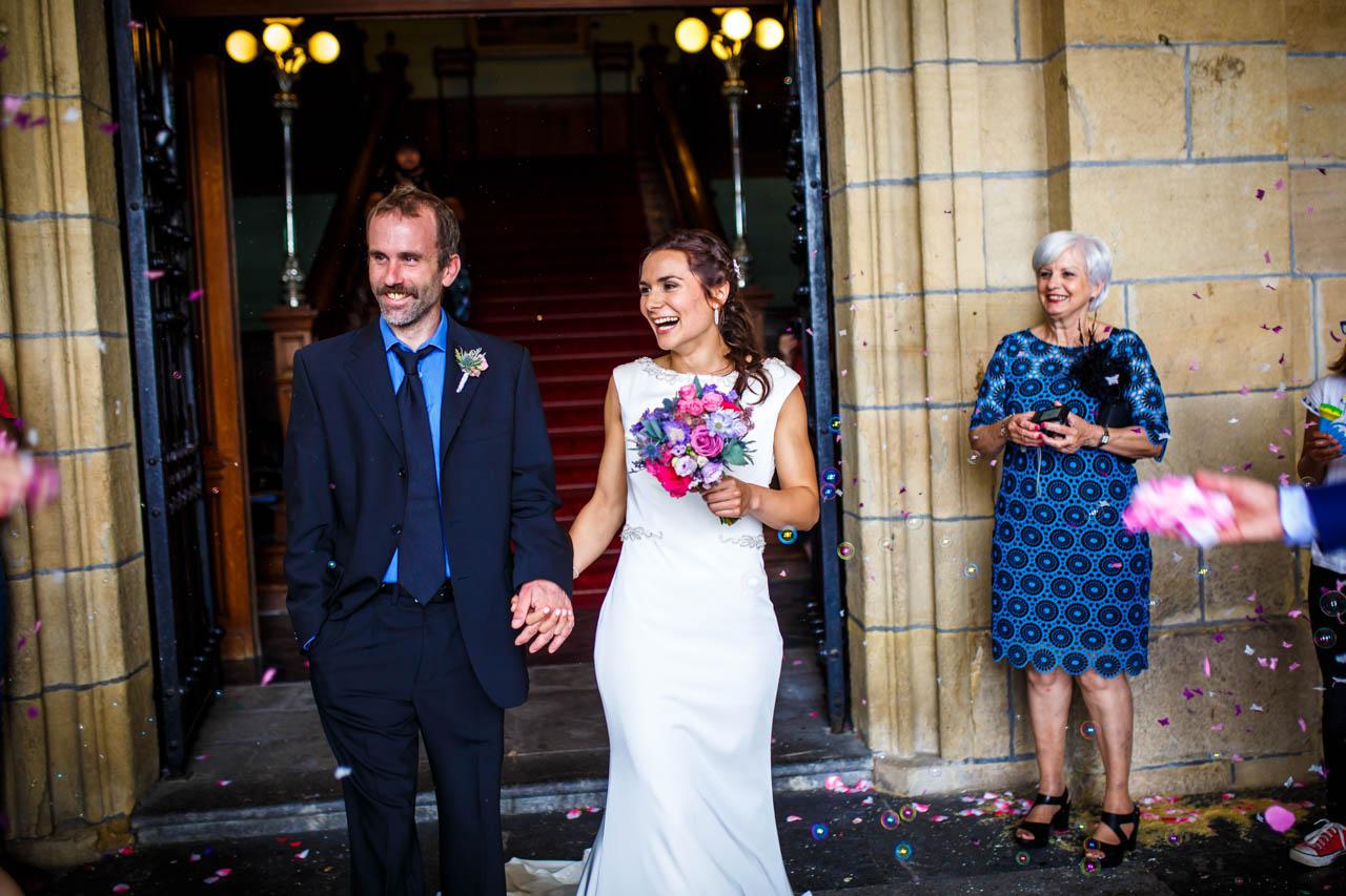 los novios en la salida del ayuntamiento en una boda en oiartzun
