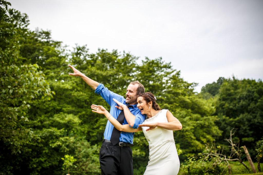 los novios divirtiéndose en una boda en oiartzun