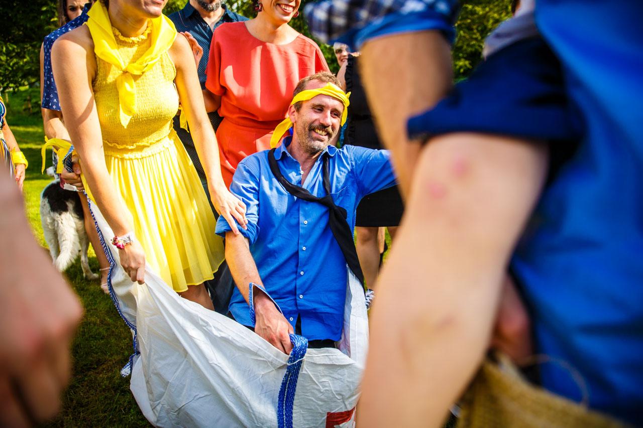 el novio riéndose en uno de los juegos en una boda en oiartzun