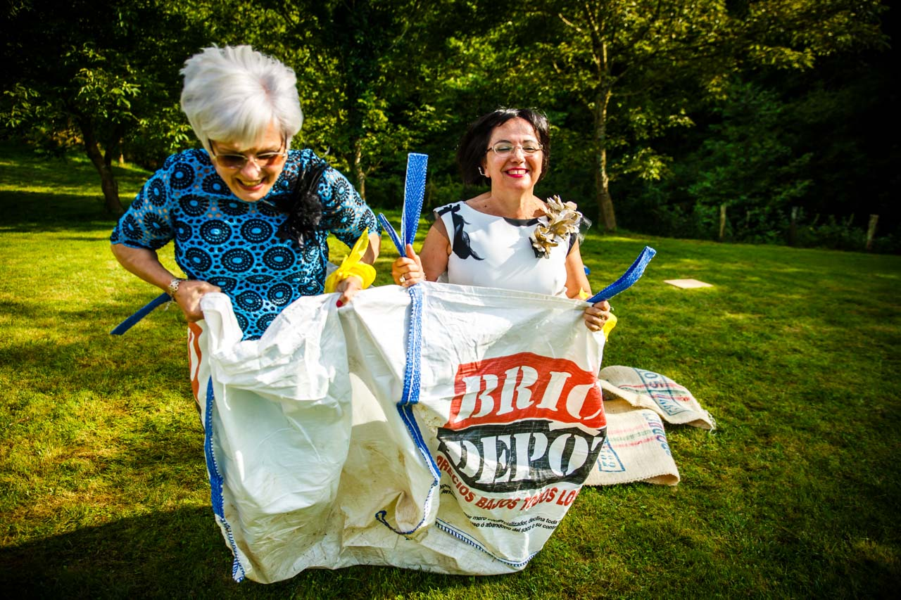 las madres de los novios en la carrera de sacos en una boda en oiartzun