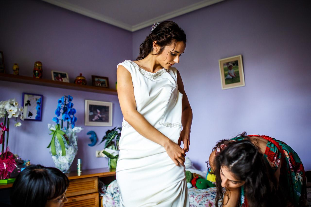 la novia vistiéndose en una boda en oiartzun