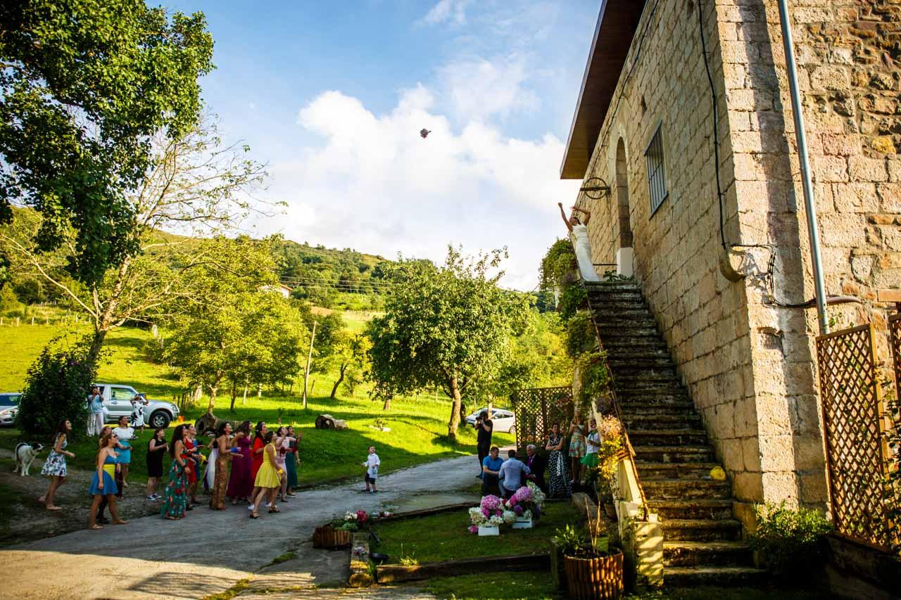 la novia lanza el ramo desde las escaleras principales de fagoaga en una boda en oiartzun