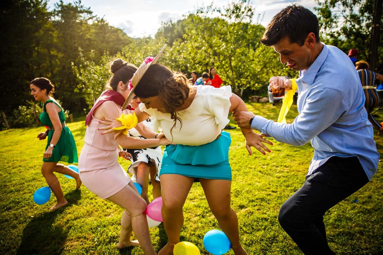 los invitados juegan en una boda en oiartzun
