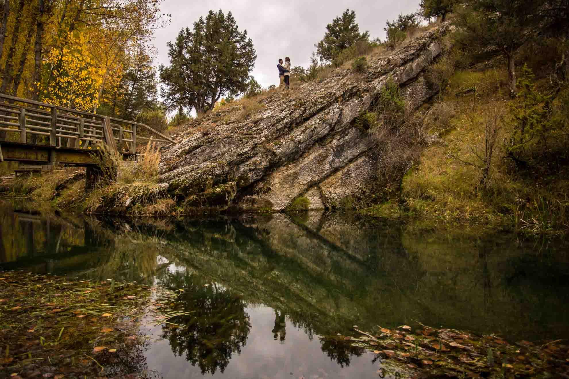 El reflejo de la pareja en el río Abión de la fuentona en una preboda en Soria