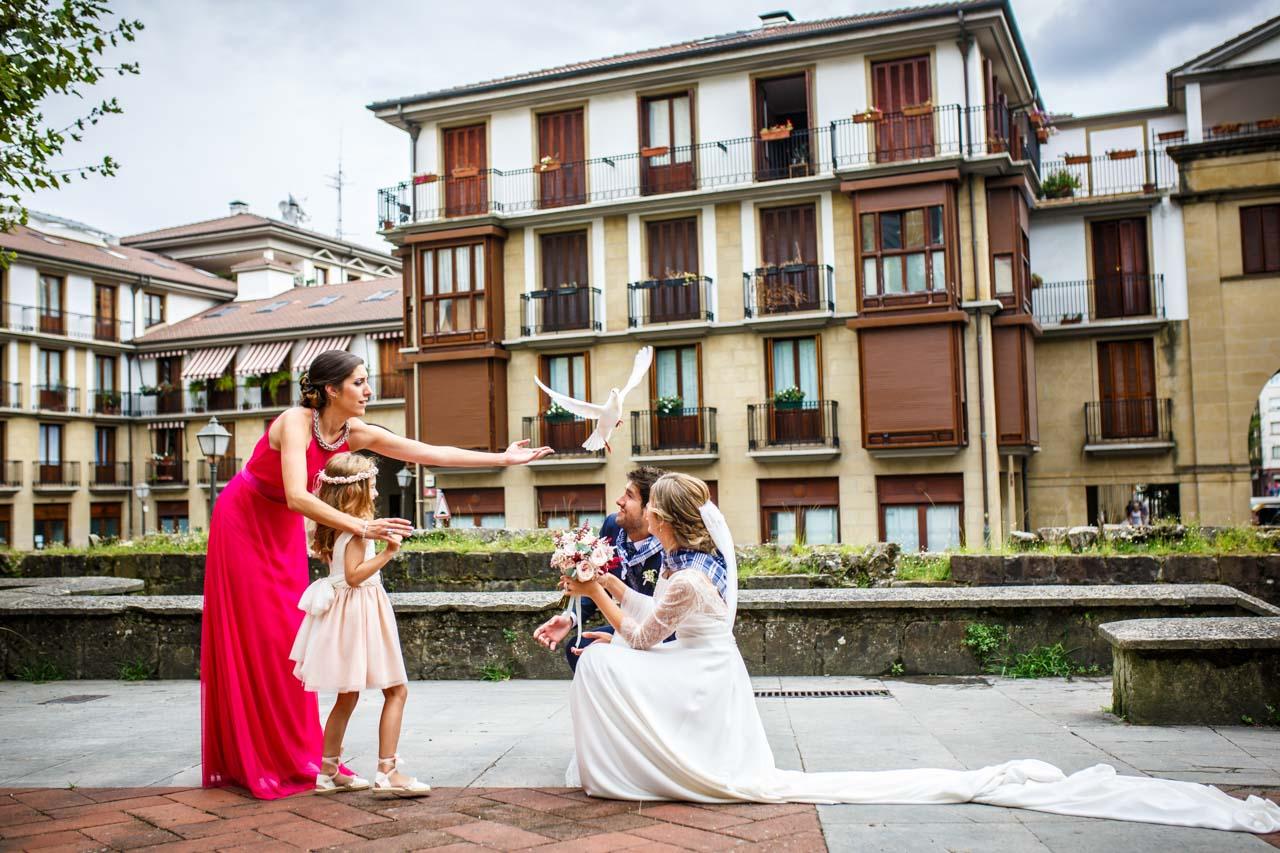 los novios sueltan una paloma blanca con una amiga y su hija en una boda en irun