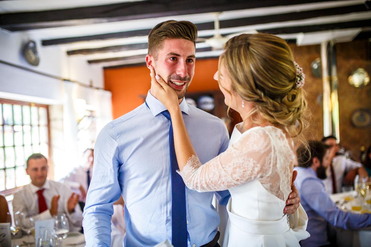 la novia tranquiliza a su hermano emocionado en una boda en el real club golf de san sebastian