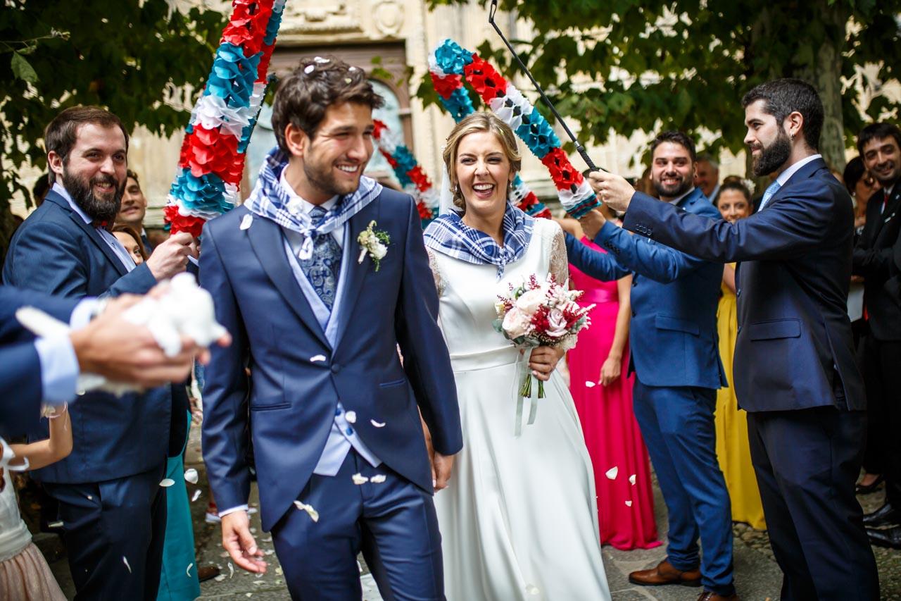 los novios pasan el arco nada más salir de la ceremonia en una boda en el real club golf de san sebastian