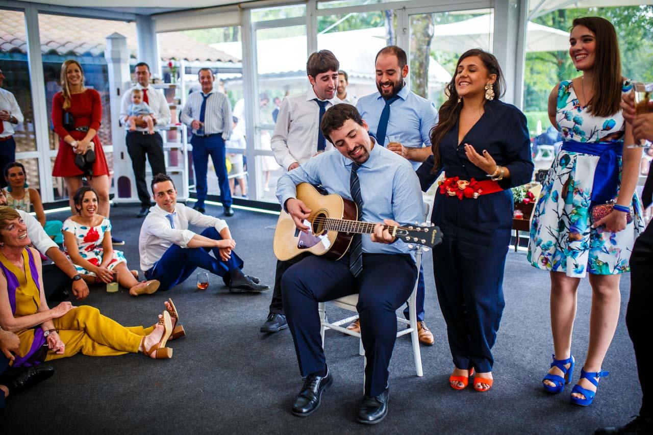 los amigos cantan una canción a los novios en una boda en el real club golf de san sebastian