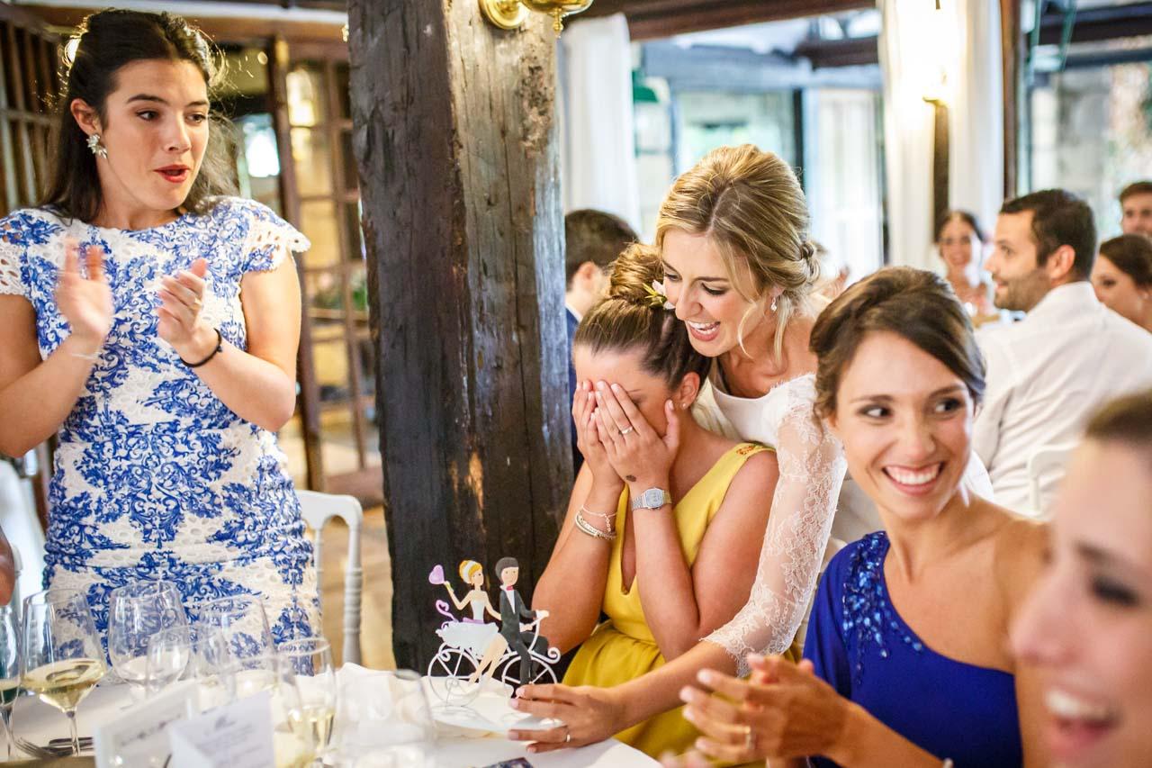 la novia sorprende a su amiga al entregarle los muñecos de la tarta en una boda en el real club golf de san sebastian