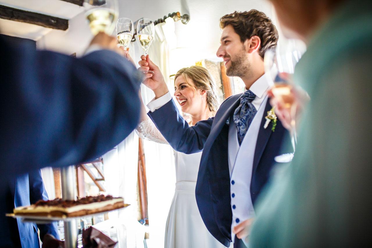 los novios brindan con todos los invitados antes del corte de la tarta en una boda en el real club golf de san sebastian