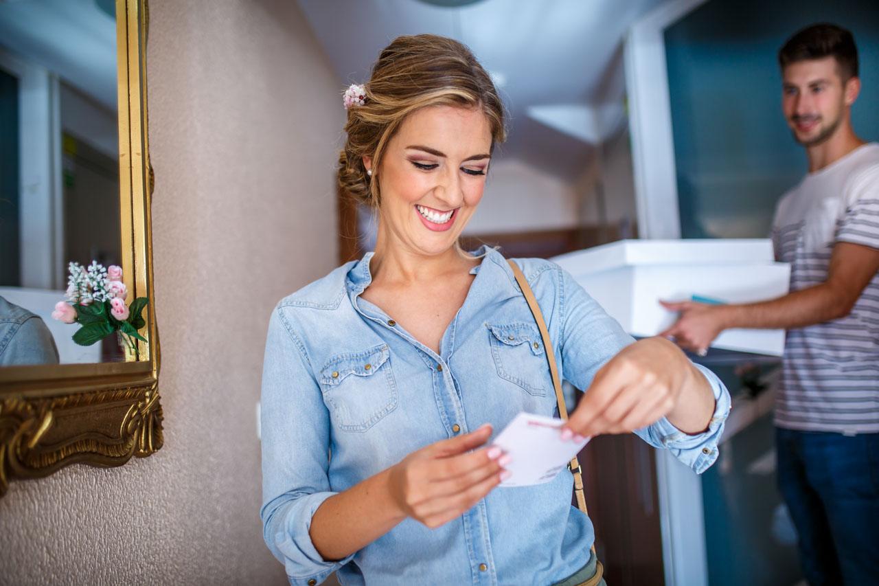 la novia le una nota que le ha entregado su hermano al llegar a casa en una boda en irun
