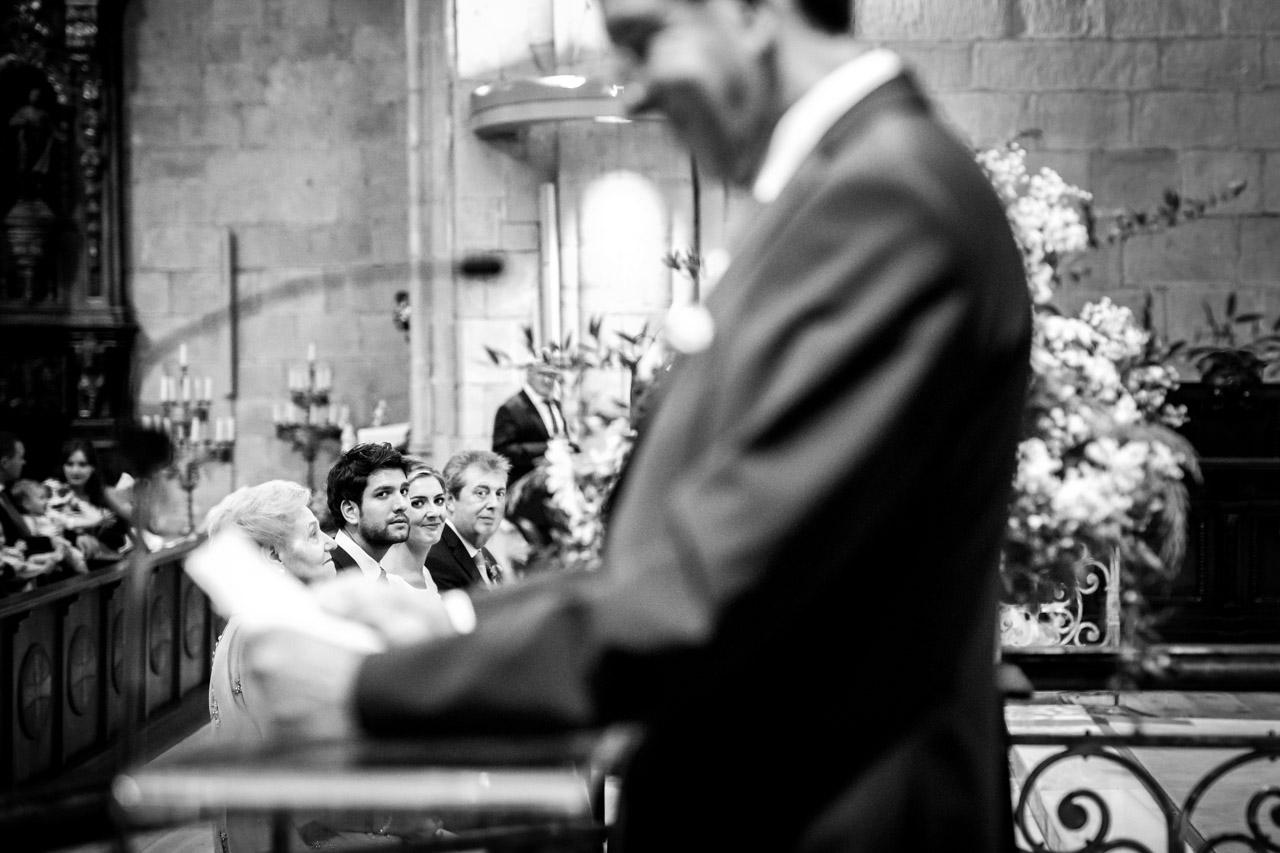 los novios atentos durante la ceremonia mientras lee el padrino en una boda en irun