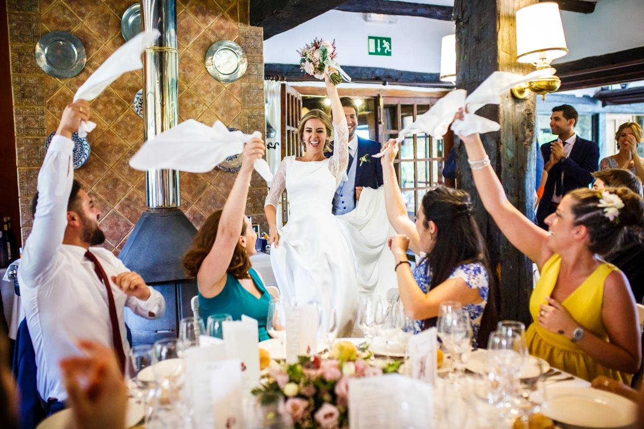 los novios entran al restaurante en una boda en el real club golf de san sebastian