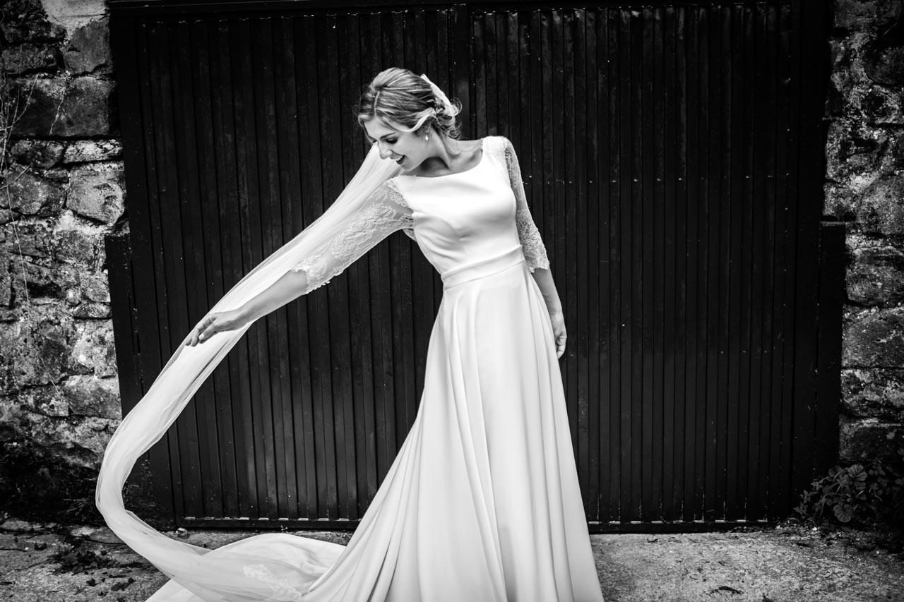 la novia se coloca el velo durante el reportaje en una boda en el real club golf de san sebastian