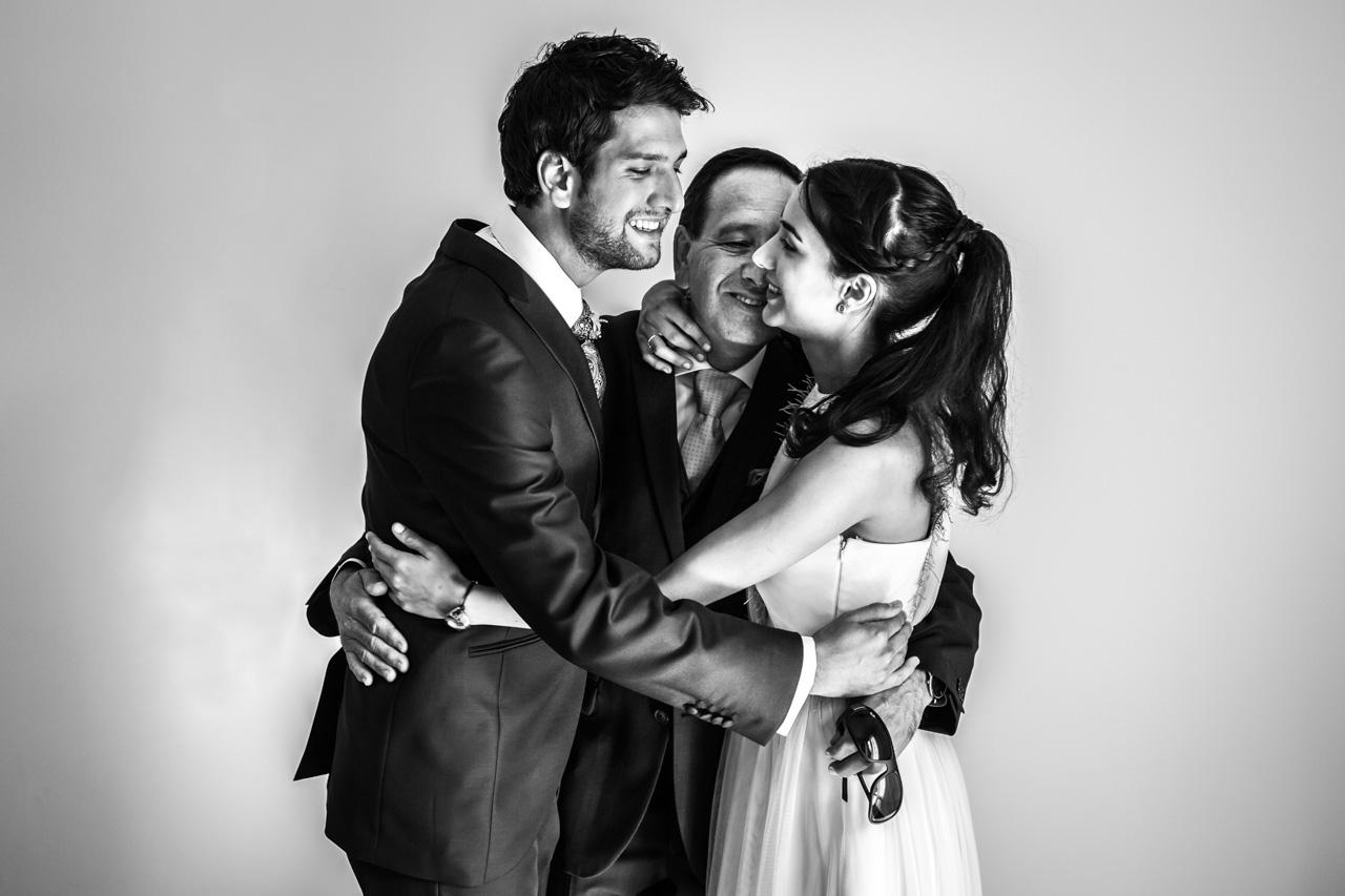 el novio se abraza con su padre y con su hermana en una boda en irun