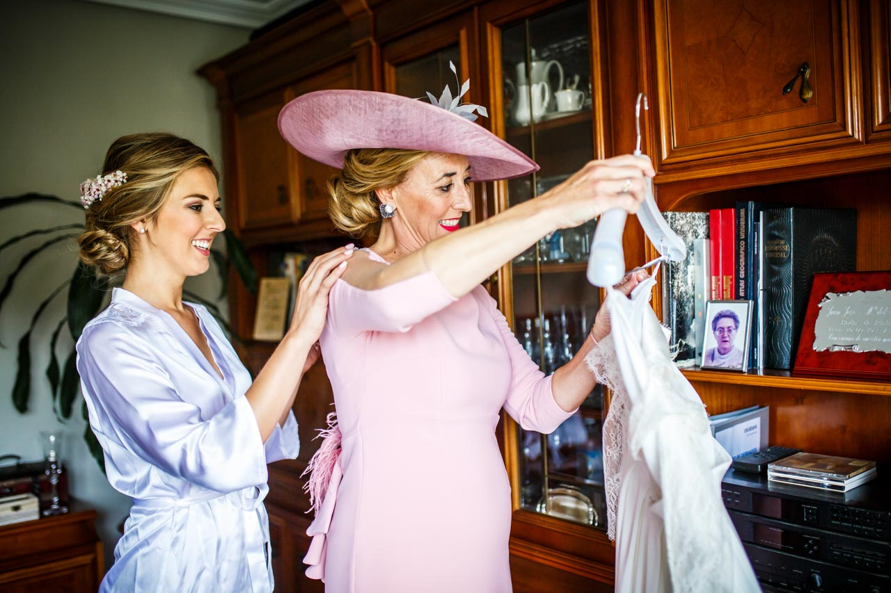la madre prepara el vestido de la novia en una boda en irun