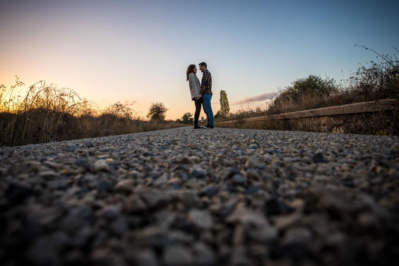 los novios pasean por una vía verde durante el atardecer en una preboda en Soria
