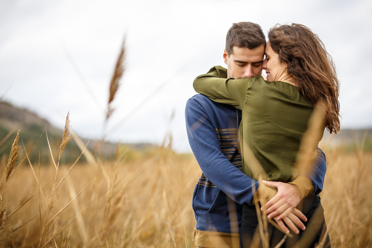 los novios abrazados en una campa en una preboda en Soria