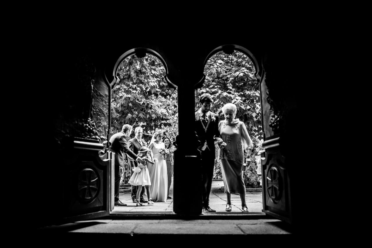 el novio entra a la ceremonia junto con la madrina en una boda en irun