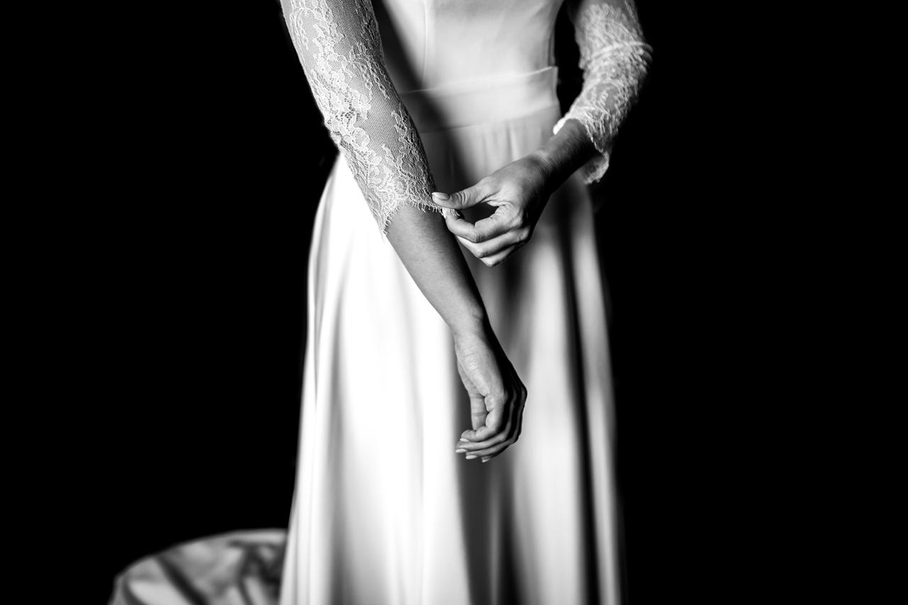 detalles del vestido de la novia mientras se prepara en una boda en irun