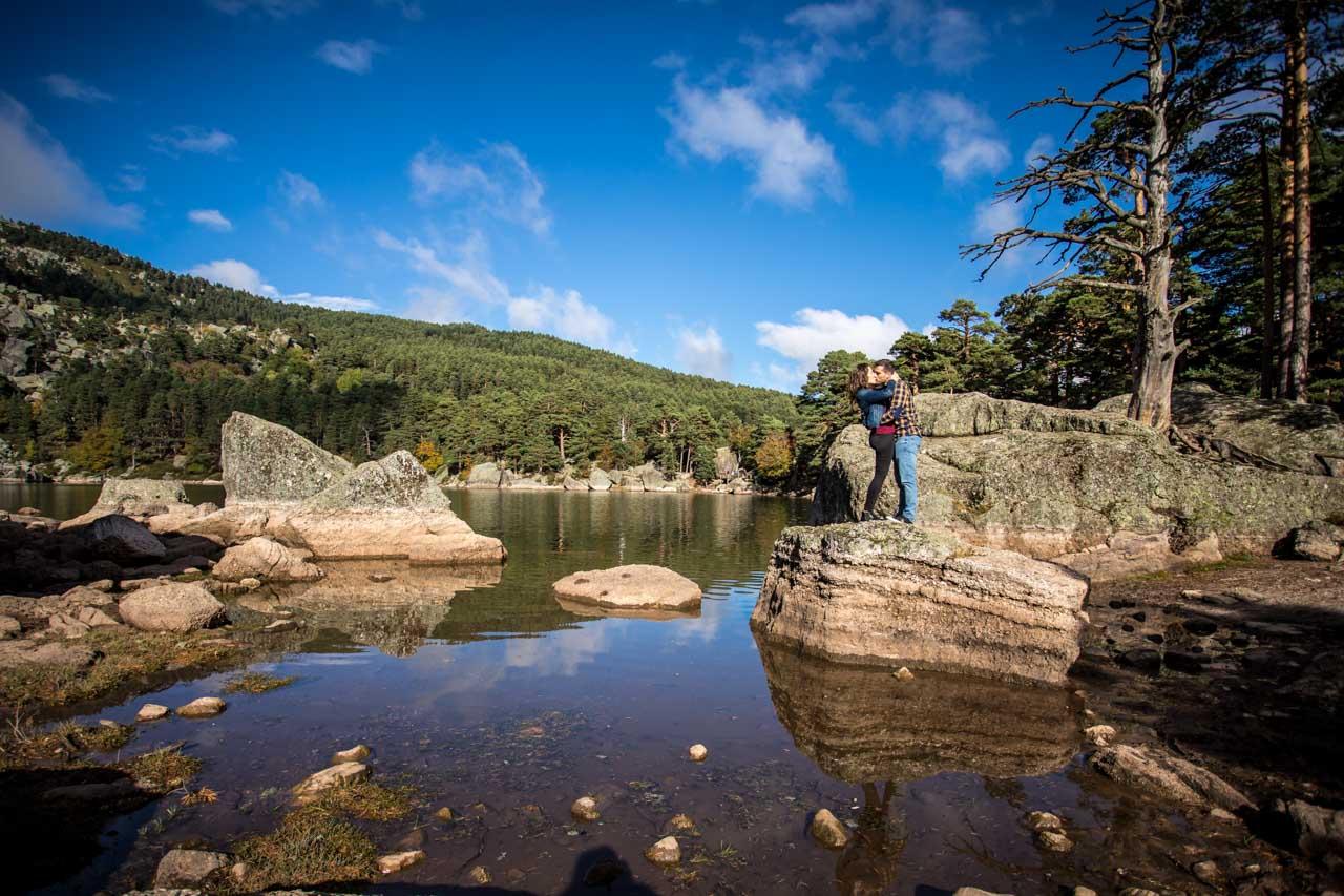 Los novios se besan en la laguna negra en una preboda en Soria