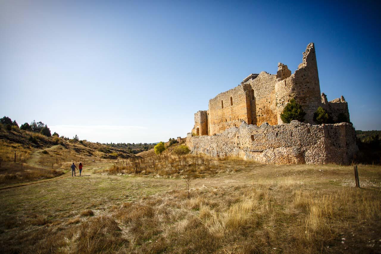 los novios paseando por los alrededores del castillo de Ucero en una preboda en Soria
