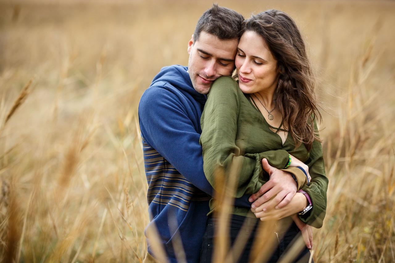 los novios abrazados en un campo de trigo en una preboda en Soria