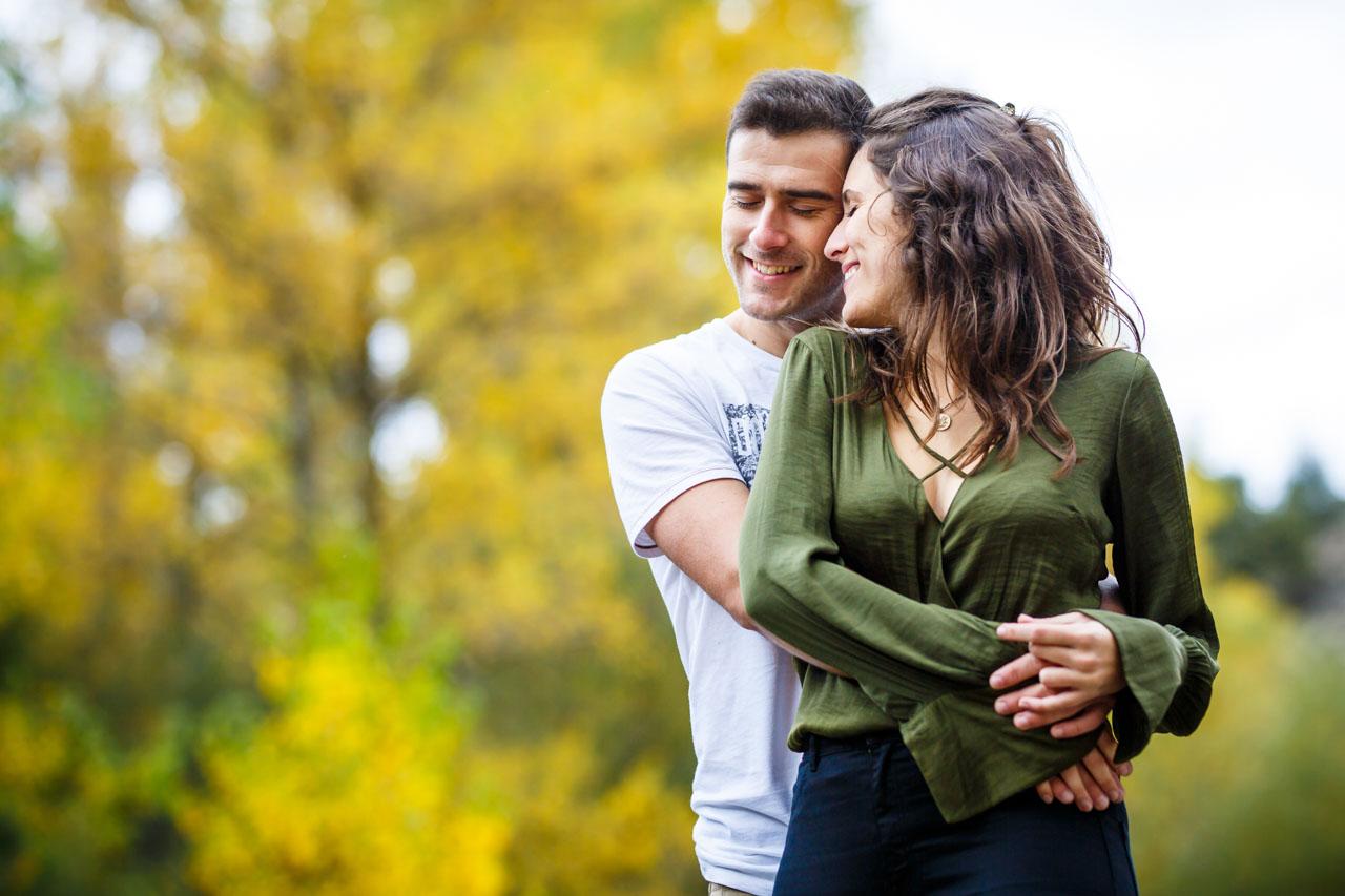 Los novios abrazados de forma cariñosa en una preboda en Soria