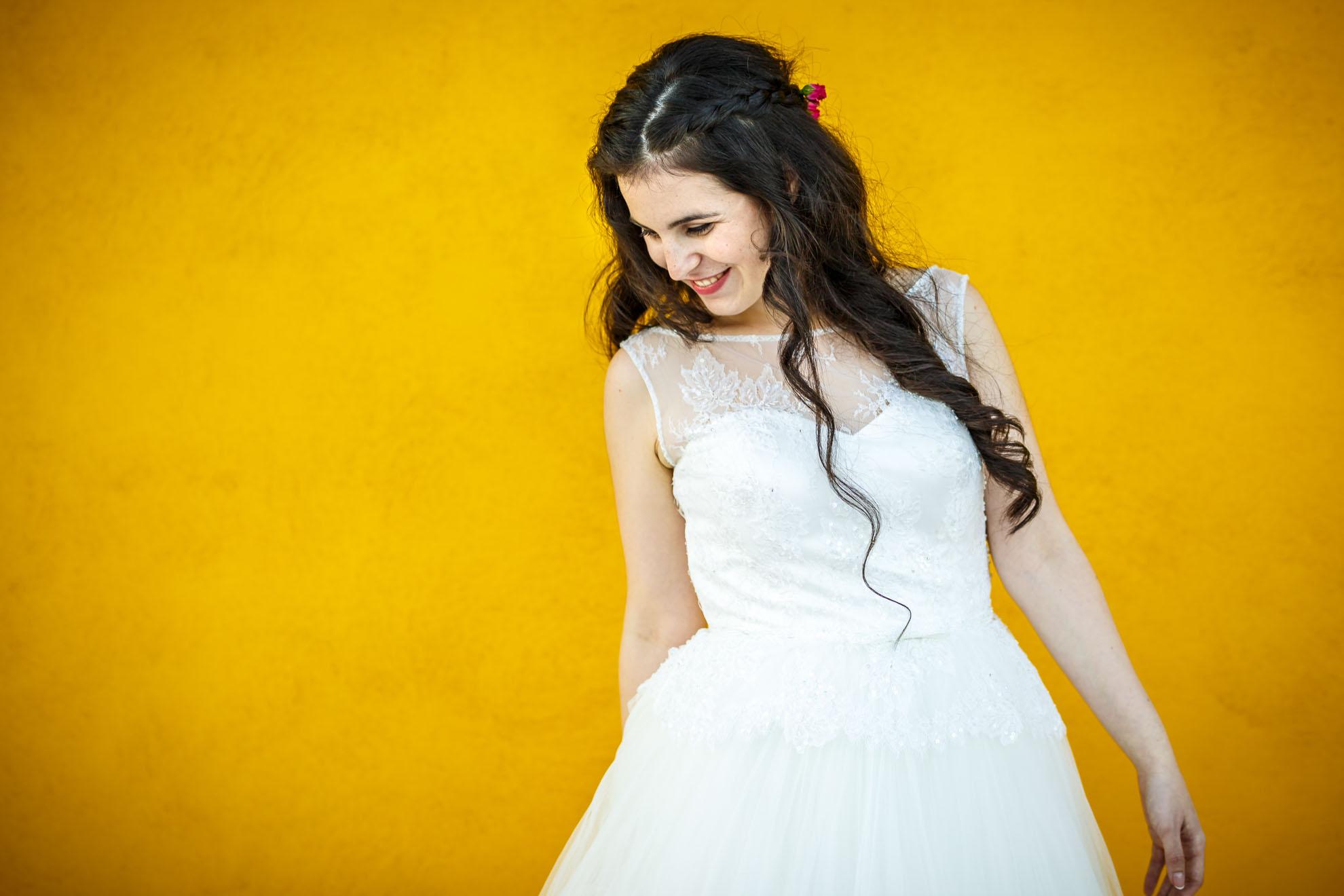retrato de una novia con fondo amarillo en el monte igeldo