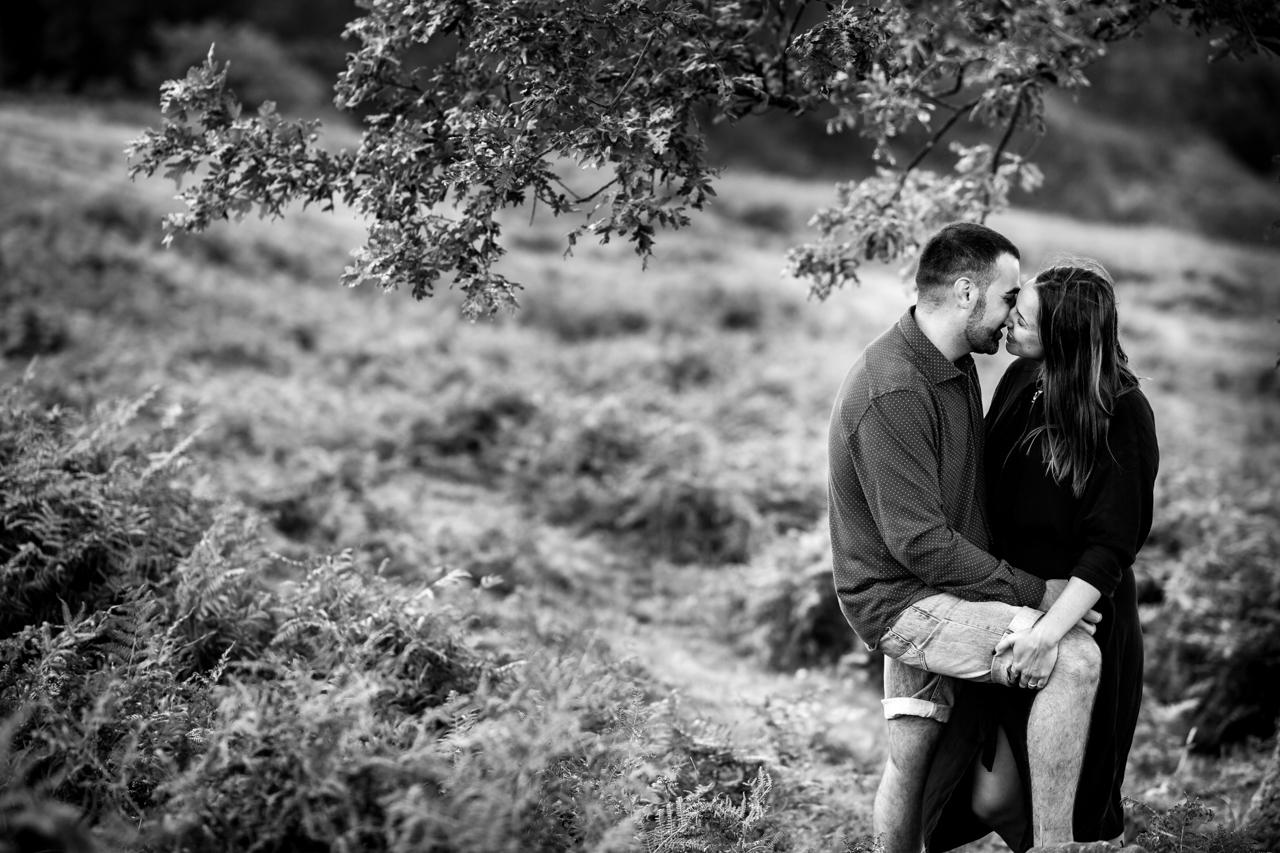 besandose bajo el árbol del monte jaizkibel en una preboda en hondarribia