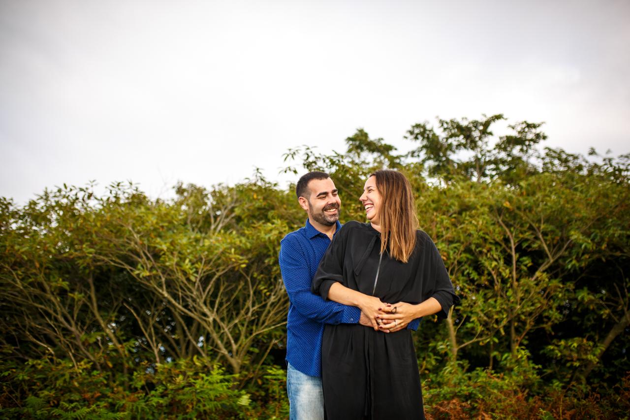 pareja abrazada en el monte jaizkibel